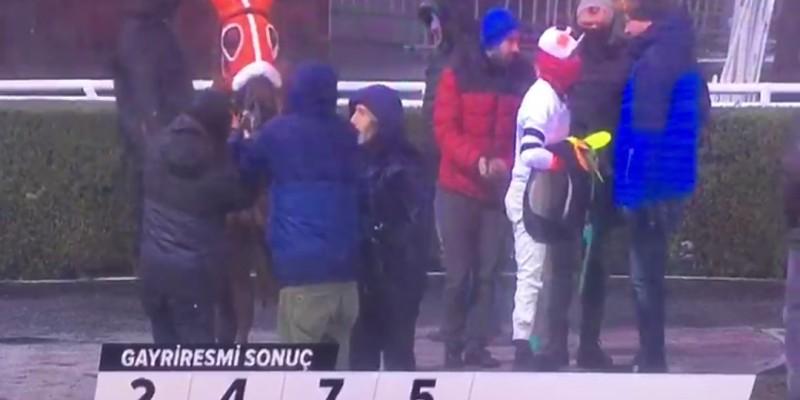 23 Şubat İstanbul yarışları, 2. koşu sonrası  24 Şubat Pazar gününe ertelendi