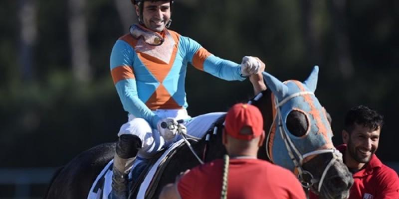 KİNOWA Ege Derbisinde ilk grup bir yarışını kazandıktan sonra Hipodrom müdürü Safkana ve Atın sahibine ne hediye etti?