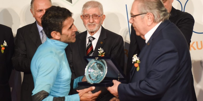 Akdeniz Derbisi koşusunu kazanan Jokey Halıs Karataş  kupa töreninde Plaketini Alkışlar arasında aldı sevincini yarışseverlerle paylaştı