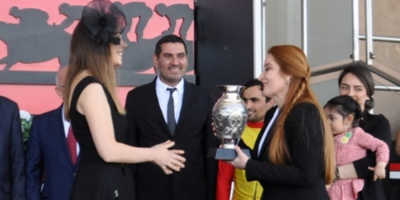 Ali Orhan Birol koşusunun Kupa töreninde bayanların birbirine kupa vermesi yarış severlerden alkış aldı
