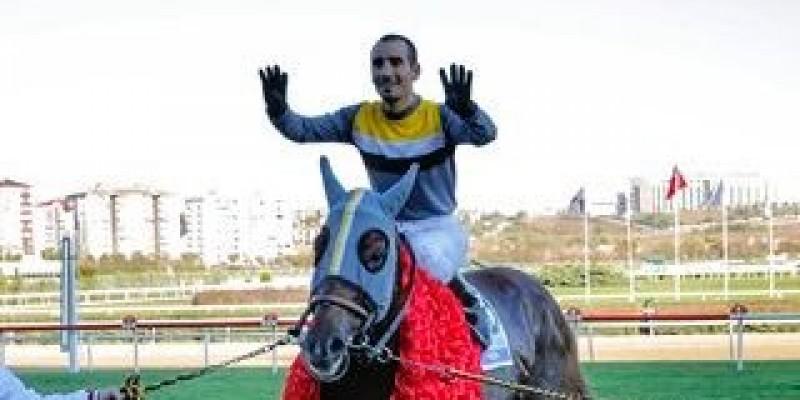 Son aylarda Jokey Selim Kaya Finesse ile koşu'yu kazandıktan sonra böyle sevindiğini hiç gördünüzmü