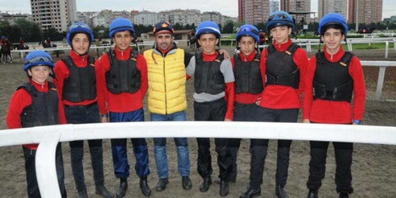 Dünyada Şimdiye kadar ülkesinin Derbisini üst üste 4.kazanan tek Jokey Ahmet Çelik apranti adayları ile buluştu