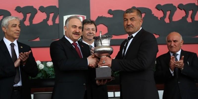 T.B.M.M koşusunu kazanan DENİZİM'ın Kupa Töreni