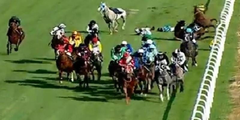 3. Jokey 20 atlık yarışta Bursa'da koşu içinde birbirlerine takılarak safkanlarla birlikte yıkıldılar son sağlık durumları