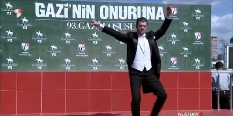 93'üncü Gazi koşusu Ulu Önder Mustafa Kemal ATATÜRK adına koşulmakta olup kendisinin çok sevdiği Zeybek oyununu Hipodrom içinde Efe Zeybek oynarken