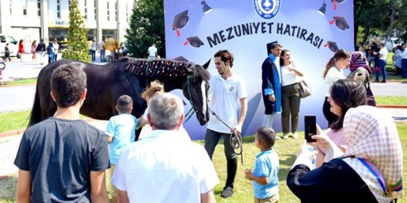 Esenyurt Üniversitesi'nin Mezuniyet Töreni Veliefendi'de yapıldı