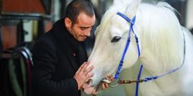 """Jokey Selim Kaya """"İstanbul'da ilk 3 gün bindiğim yarışlardaki kazancımı sağlıkçılara bağışlıyacağım"""" dedi."""