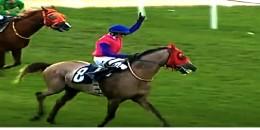 Hayatının ilk yarışını kazandı  Allaha dua edip güler yüzü ile atın üstünde  çok sevindi.